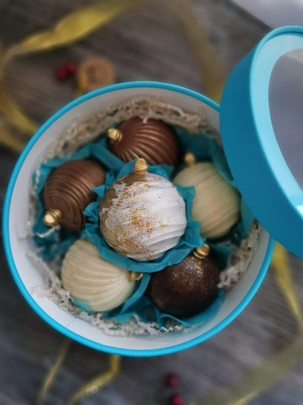 Набор елочных игрушек из шоколада с начинкой. 6 шт в подарочной коробочке.